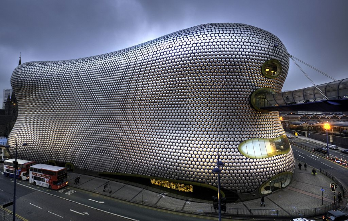 Tòa nhà mang tính bước ngoặt ở Birmingham, Anh này, là một phần của trung tâm mua sắm và có vẻ như nó được bao phủ trong lớp bọc bong bóng.