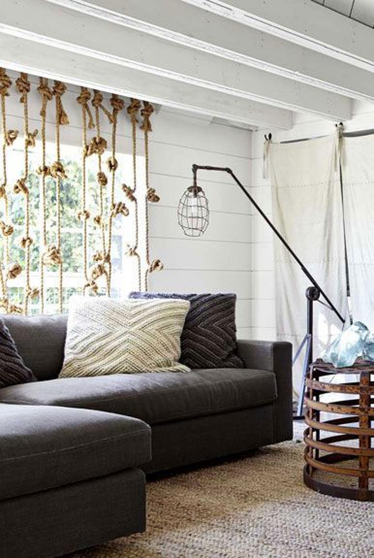 Rèm cửa: Hãy thay thế những tấm rèm cửa dày, nặng trịch u ám của mùa đông bằng những tấm rèm cửa có chức năng cản nắng có màu sắc tươi vui. Hoặc rèm cửa biến tấu từ dây thừng, đồ tái chế... cũng giúp nhà bạn thêm phần sinh động.