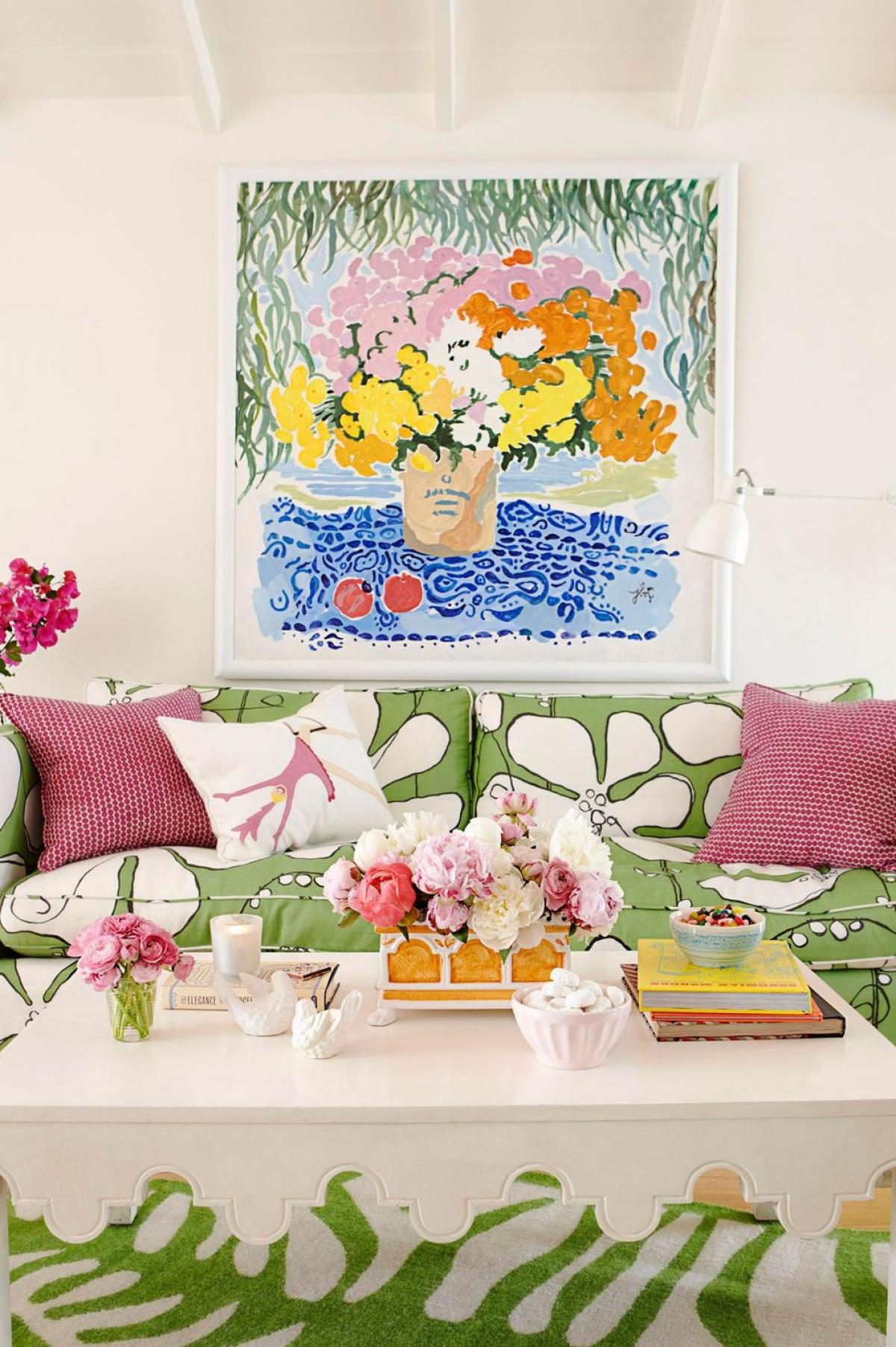 Hoạ tiết hoa: Ngôi nhà gỗ ở bãi biển California này cho thấy màu sắc tràn đầy sinh lực của hoa lá khiến căn phòng trở nên vui tươi trong ánh nắng hè hơn bao giờ hết.