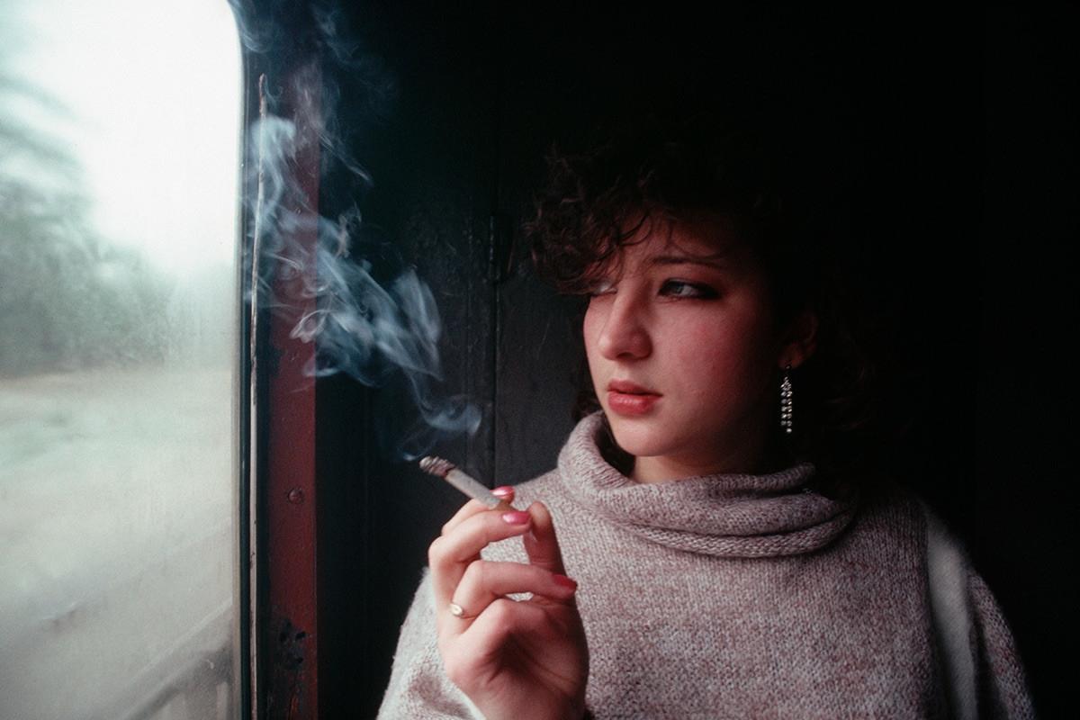 Phụ nữ trẻ hút thuốc trên tàu hỏa.