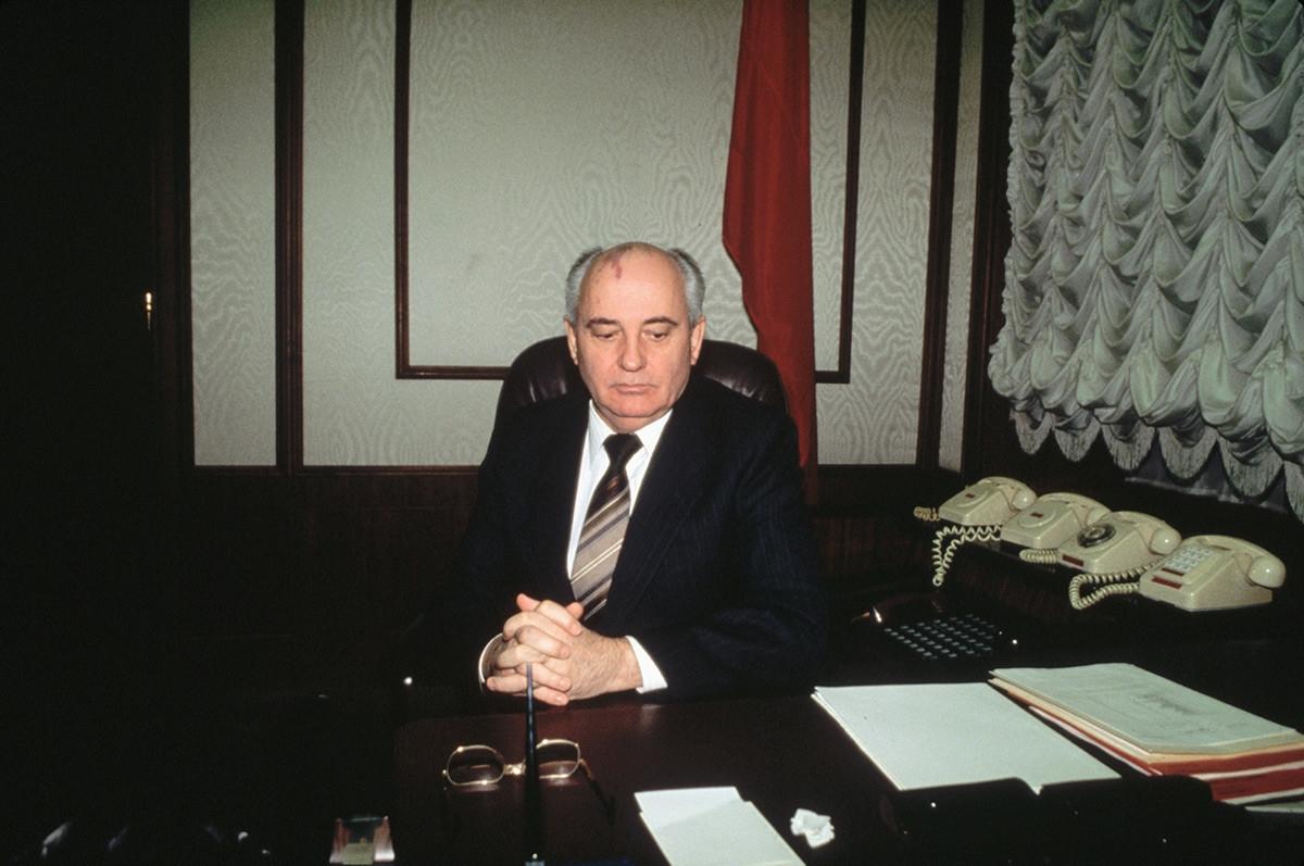 Nhà lãnh đạo Mikhail Gorbachev ngồi ở bàn làm việc vào thời điểm một thời gian ngắn trước khi Liên Xô tan rã./.