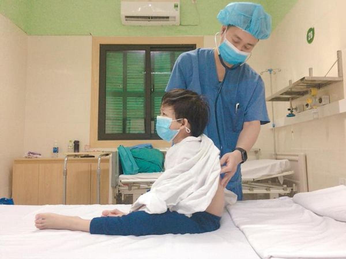 Cháu H - 7 tuổi là bệnh nhi ghép tim nhỏ tuổi nhất tại Việt Nam. (Ảnh do BV cung cấp)
