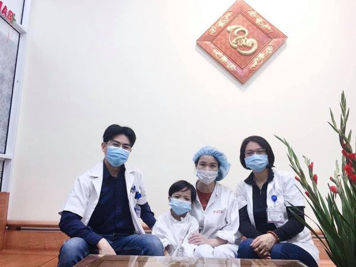 Bệnh nhi ghép tim nhỏ tuổi nhất tại Việt Nam ra viện trong niềm hân hoan của gia đình và các thầy thuốc Bệnh viện Hữu nghị Việt Đức. (Ảnh do BV cung cấp).