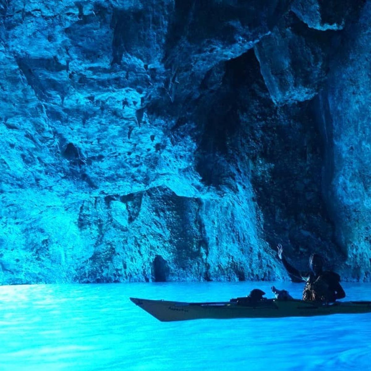 Blue Cave - một hang động độc đáo gần đảo đảo Kastellorizo. Nguồn: Instagram