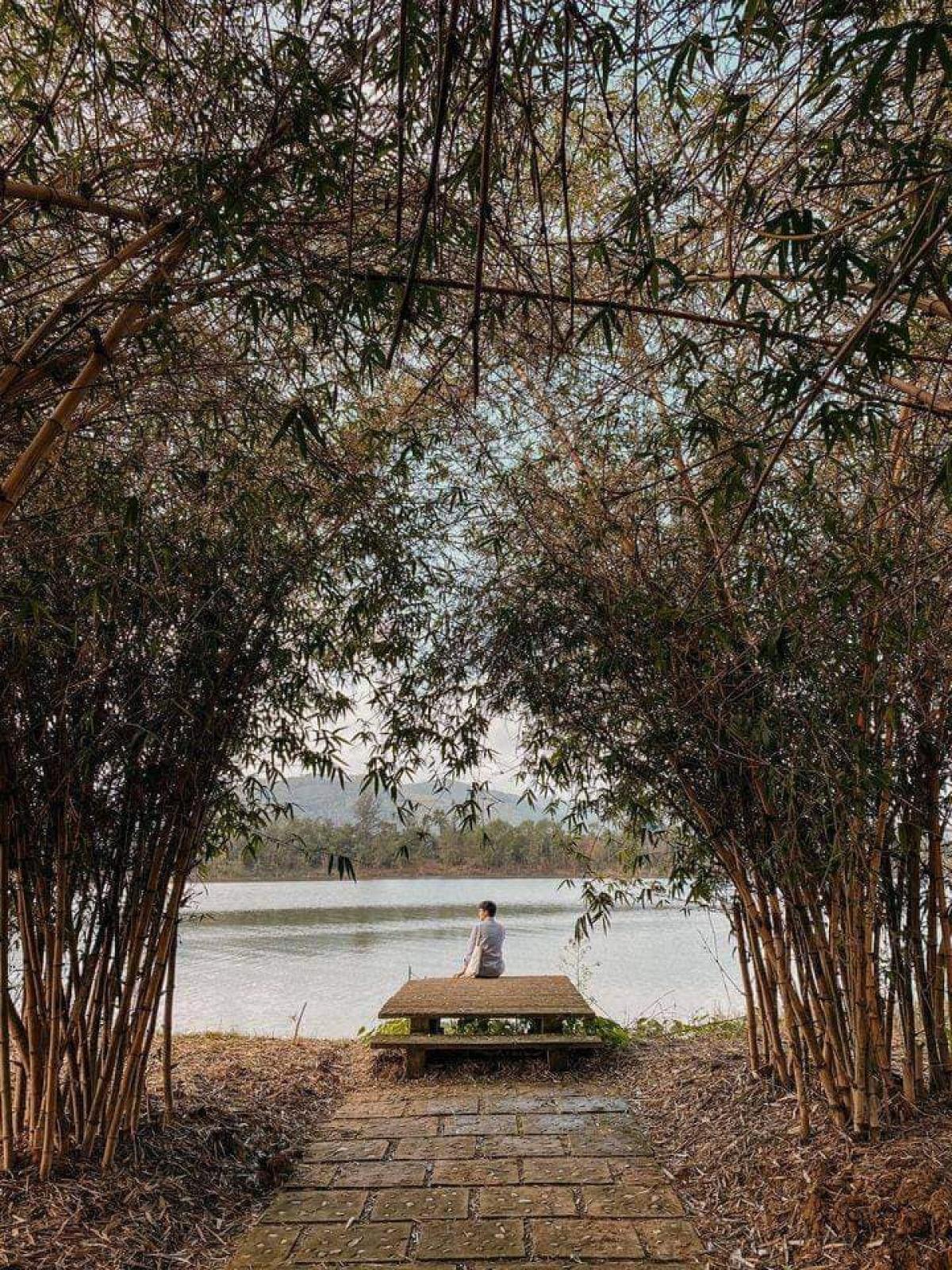Khu Hue Ecolodge (TP. Huế)nằm ven sông Hương với những trải nghiệm thanh bình tại vườn cây thanh trà và khung cảnh đồng quê. Một số điểm check-in độc đáo là bến nước ven sông Hương, không gian nhà vườn Huế...