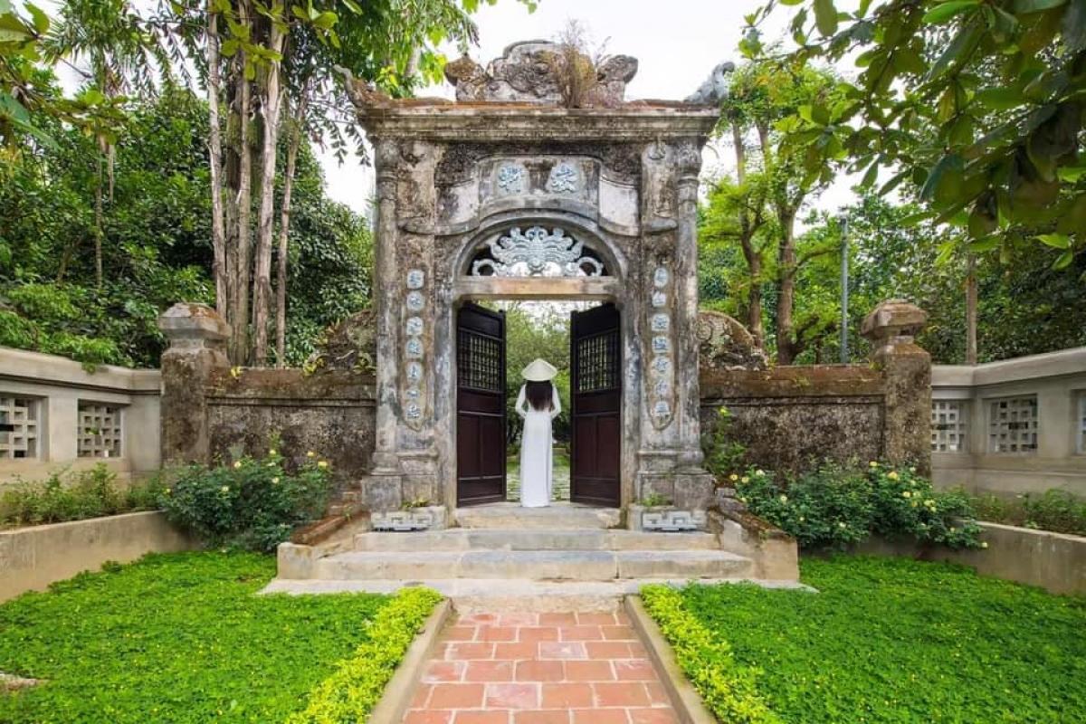 Cổng vào vườn An Hiên bên bờ sông Hương (TP. Huế).