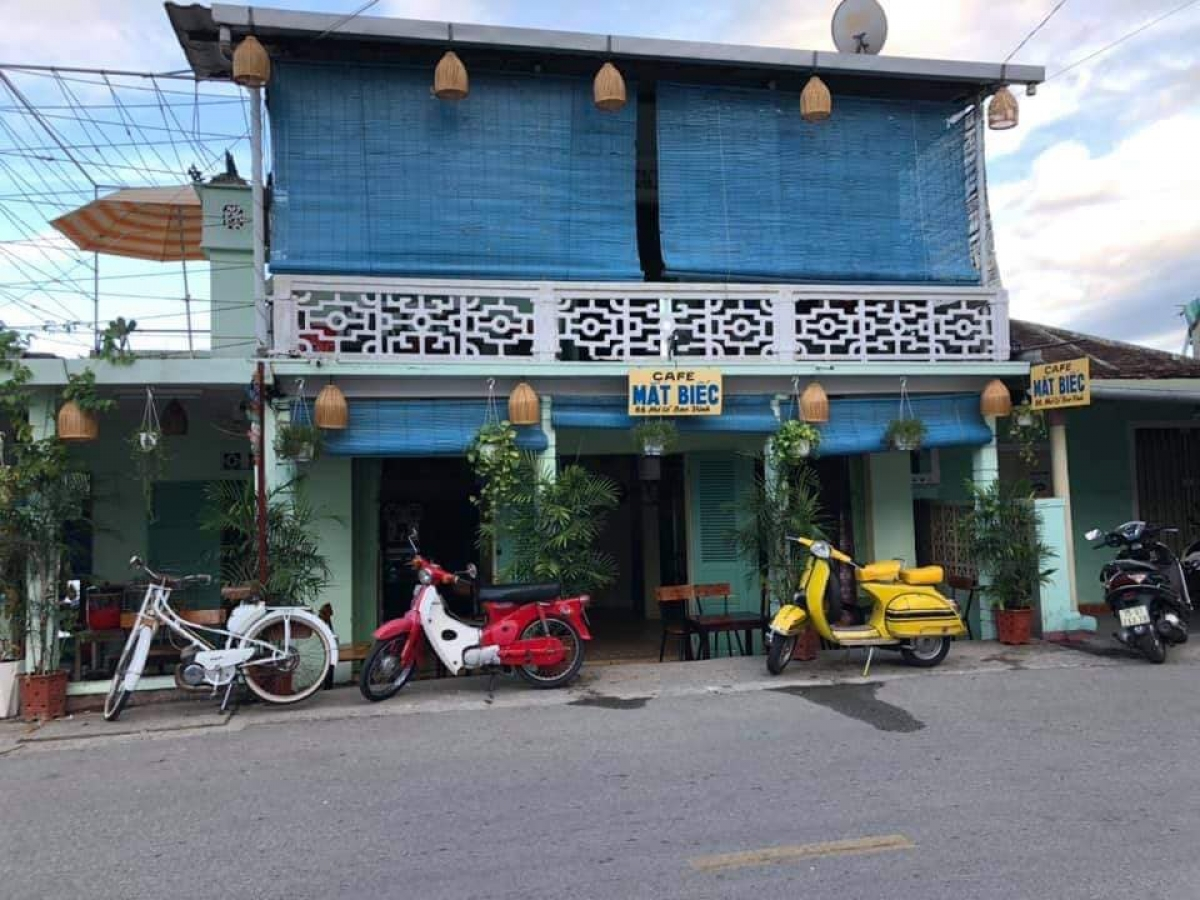 Nằm tại phố cổ Bao Vinh (xã Hương Vinh, thị xã Hương Trà), quán cà phê Mắt biếc là điểm check-in thú vị với khung cảnh thập niên 1970-1980. Đây là một bối cảnh trong bộ phim nổi tiếng cùng tên.