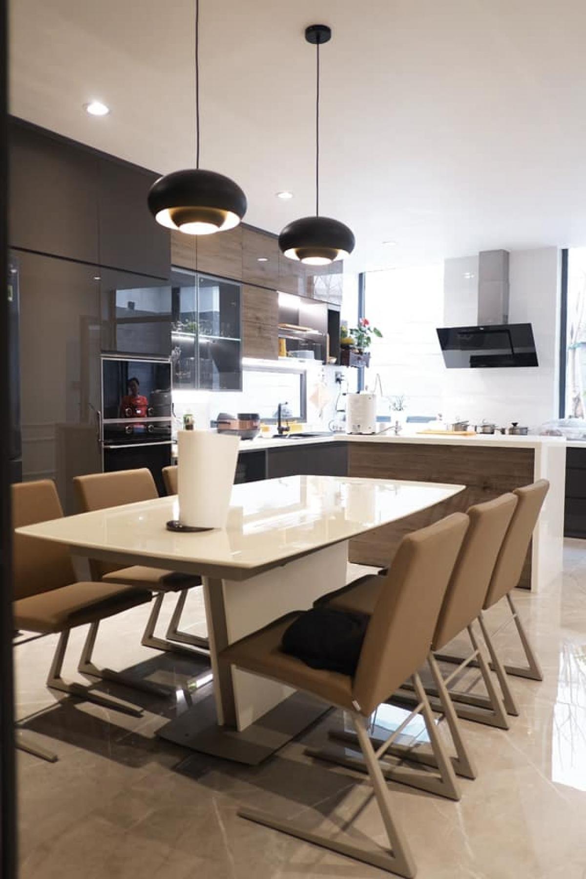 Không gian phòng bếp với màu nâu, trắng, sử dụng những trang thiết bị bếp hiện đại, tiện nghi.
