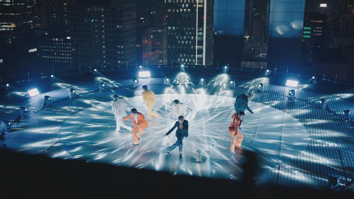 Khung cảnh lộng lẫy của thành phố Seoul gây ấn tượng mạnh với khán giả.