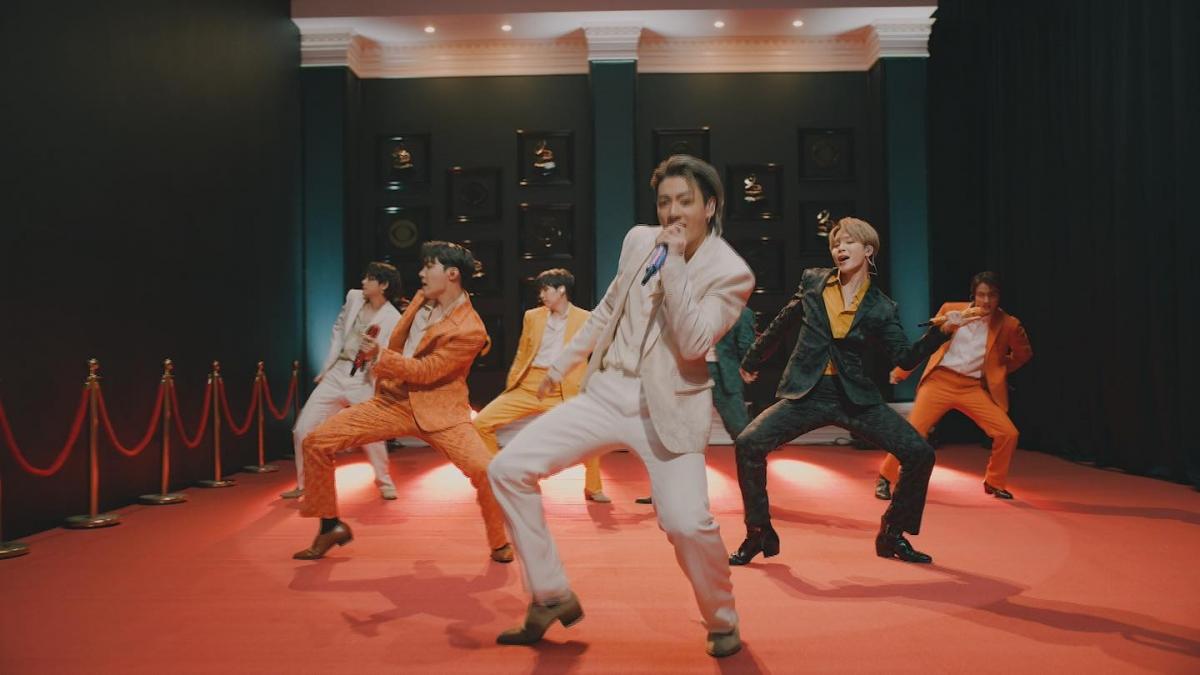 BTS bùng nổ với giọng hát live tốt và vũ đạo đẹp mắt.