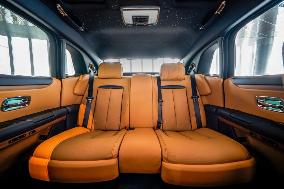 Chiếc Ghost tiếp tục sử dụng một phiên bản hệ thống iDrive của BMW với hai màn hình đồng hồ và thông tin giải trí. Nó có tất cả các công nghệ mới nhất bao gồm điểm phát sóng Wifi, hệ thống camera 360 độ, màn hình hiển thị 7 x 3 và hỗ trợ đỗ xe.
