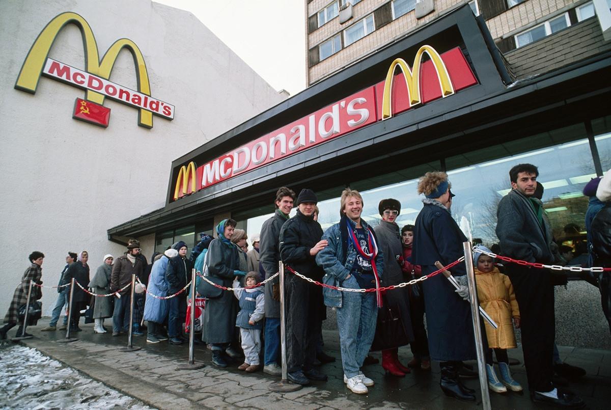 Lối sống bắt đầu Tây phương hóa ở Nga thời kỳ cuối của Liên Xô. Trong ảnh là dòng người xếp hàng vào cửa hàng MacDonald./.