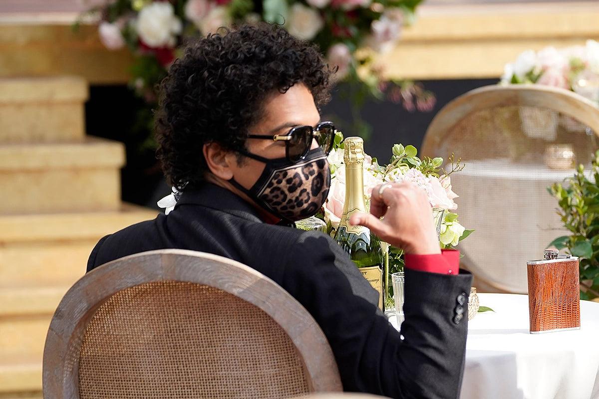 Nam ca sĩ Bruno Mars hoàn thiện bộ cánh tuxedo với chiếc khẩu trang hoạ tiết da báo.