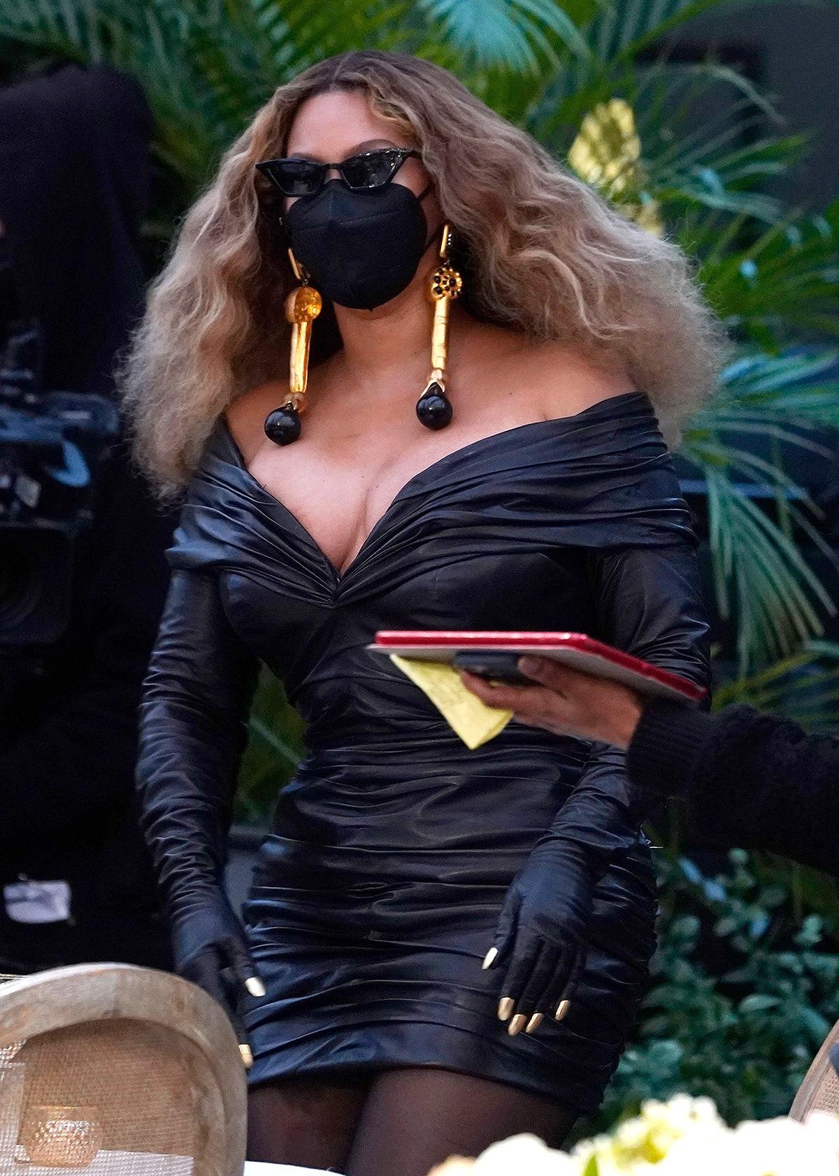 Beyoncé lộng lẫy trong váy Haute Couture của Schiaparelli và khẩu trang đen kết hợp kính đen.
