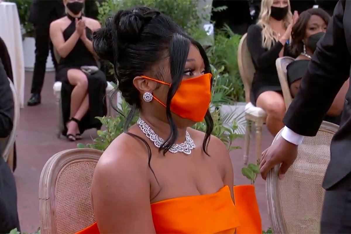 Megan Thee Stallion chọn khẩu trang lụa màu cam phốicùng váy quâycủa Dolce & Gabbana.