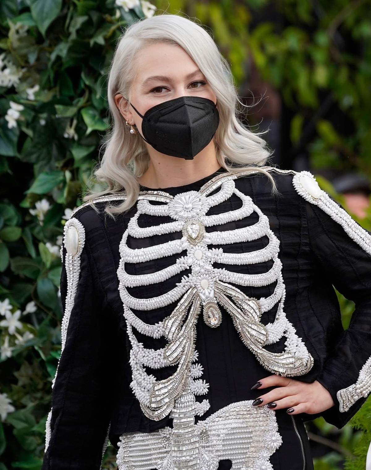 Để phù hợp với trang phục bộ xương đến từ thương hiệu Thom Browne,Phoebe Bridgers chọn khẩu trang màu đen.