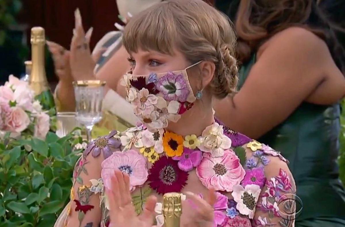 Nổi bật trên thảm đỏ lễ trao giải Grammy 2021 với bộ cánh rực rỡ của Oscarde la Renta, Taylor Swift gây ấn tượng với thiết kế khẩu trang hoa.