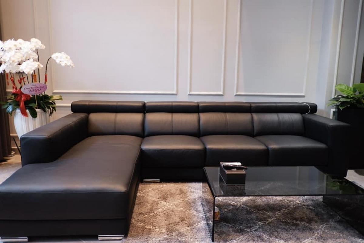 Phòng khách sang trọng với bộ sofa đen êm ái.