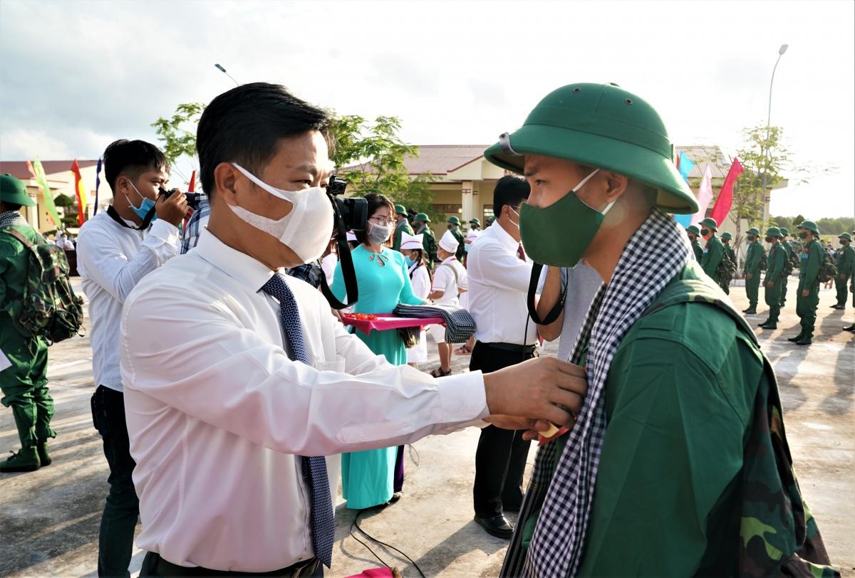 Ông Lê Quân, Chủ tịch UBND tỉnh Cà Mau dặn dò các tân binh nỗ lực hoàn thành tốt nhiệm vụ tại lễ giao nhận quân tại huyện Cuối trời.