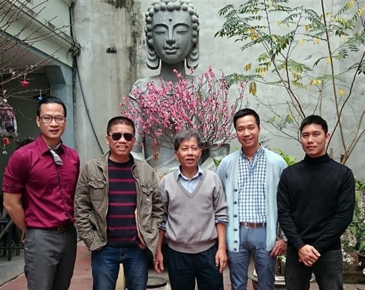 Từ trái qua phải: họa sĩ Kim Duẩn, nhà văn Nguyễn Việt Hà, nhà văn Nguyễn Huy Thiệp, nhà văn Trương Quý và con trai nhà văn. (Ảnh chụp Tết 2015)