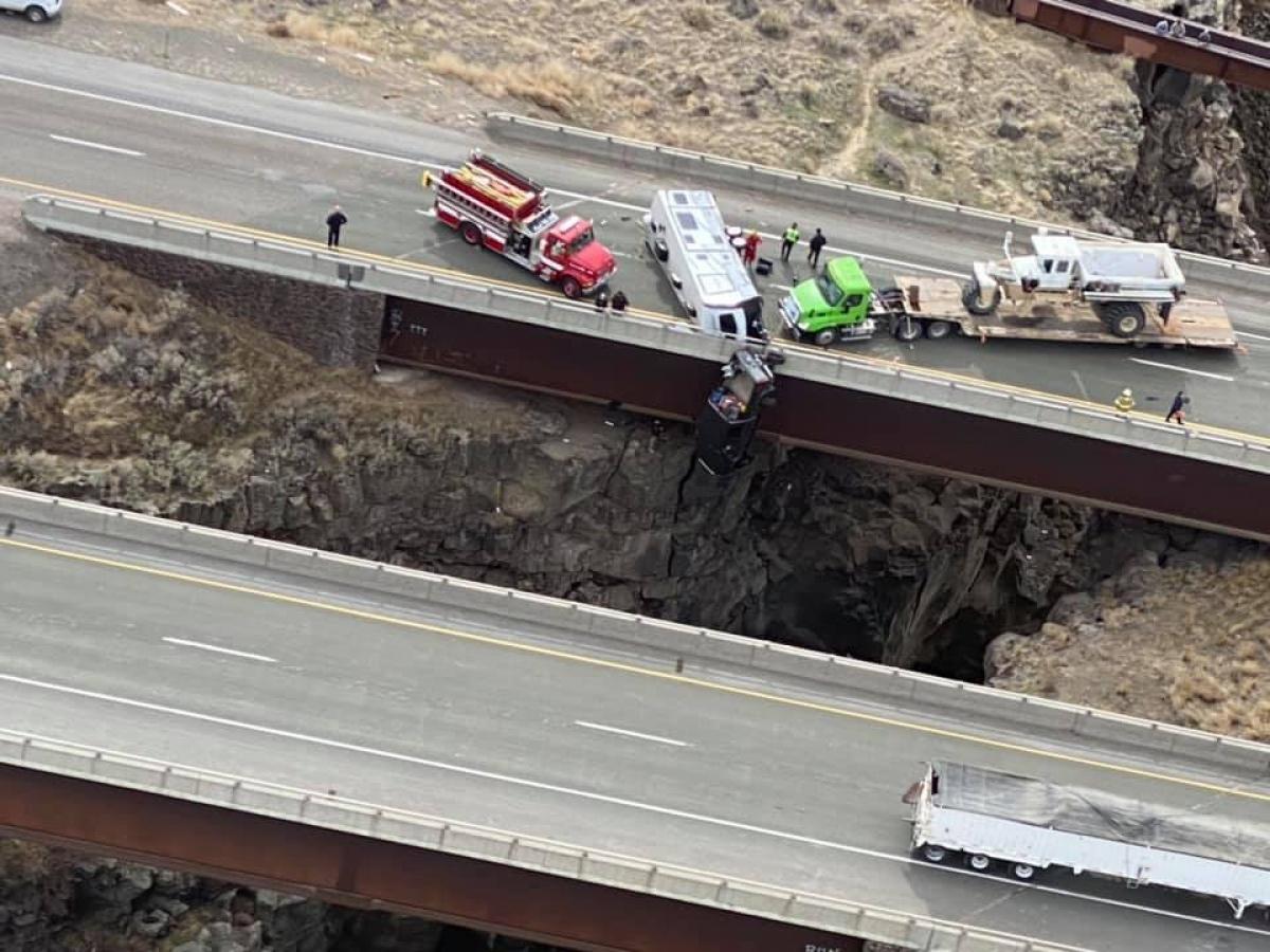 Hình ảnh chiếcbán tải treo lở lửng ở vách núi do mất lái.