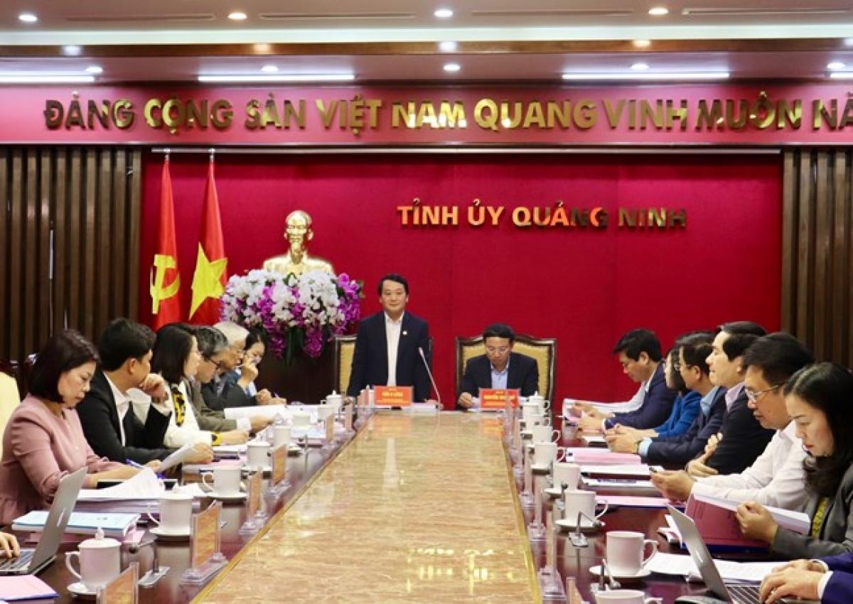 Phó Chủ tịch - Tổng Thư ký Hầu A Lềnh phát biểu tại cuộc làm việc.