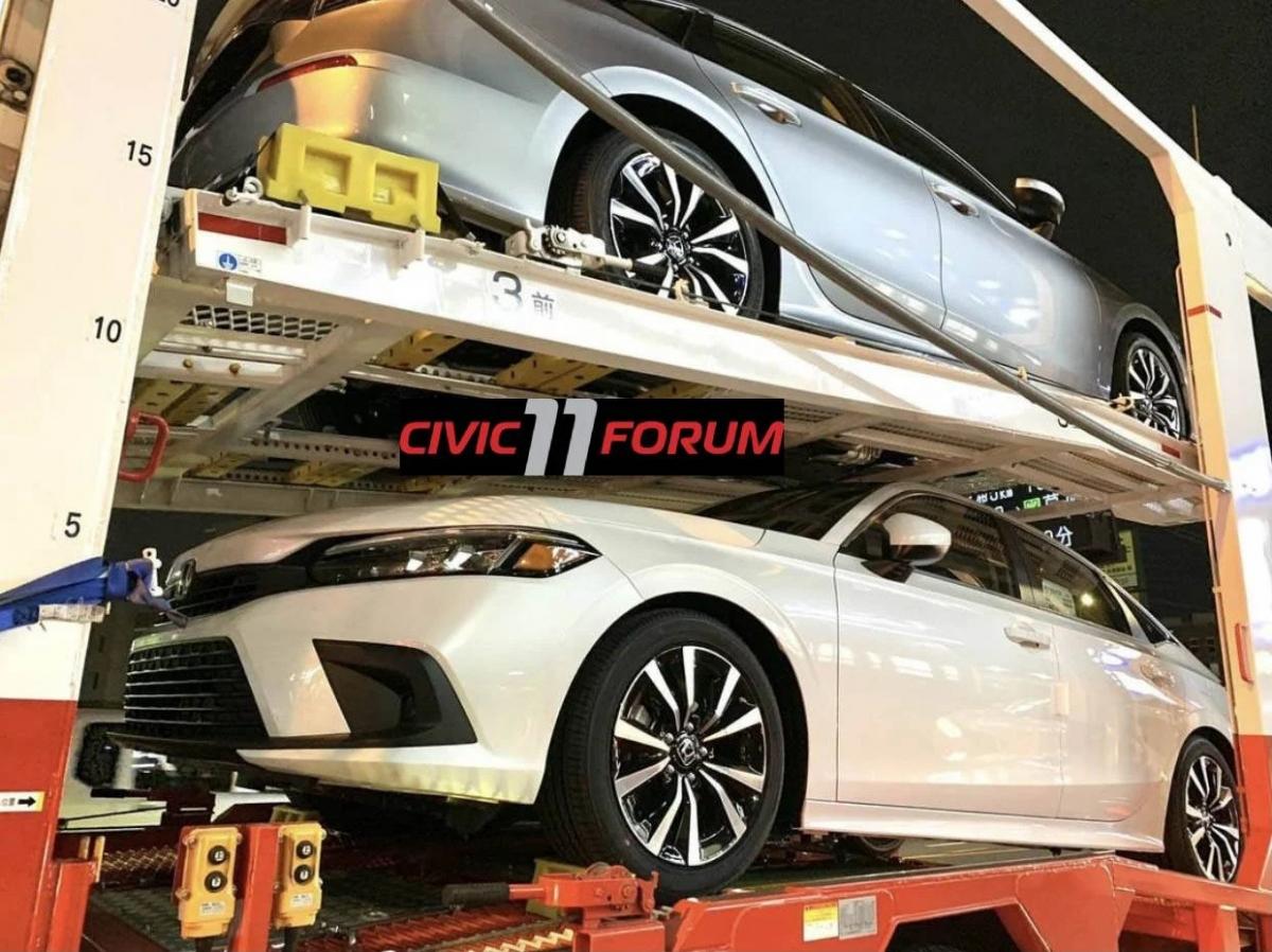 Những hình ảnh được đăng tải trên Civic11Forum cho thấy Honda Civic đời thứ 11 không hề ngụy trang. Có thể thấy rõ hai màu sắc ngoại thất của mẫu sedan là Lunar Silver và Platinum White, trong đó Lunar Silver là màu sắc chưa từng xuất hiện trước đây.