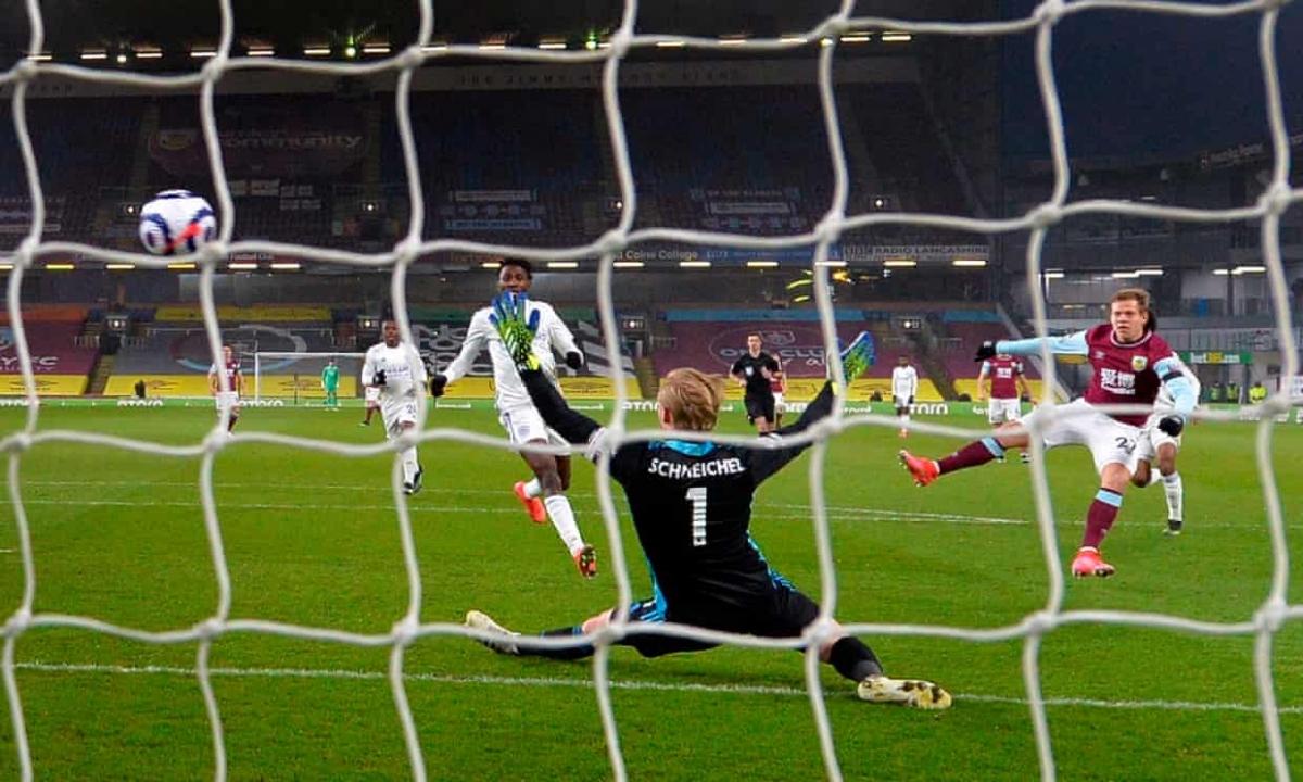 Matej Vydra mở tỷ số cho Burnley ngay phút thứ 4.