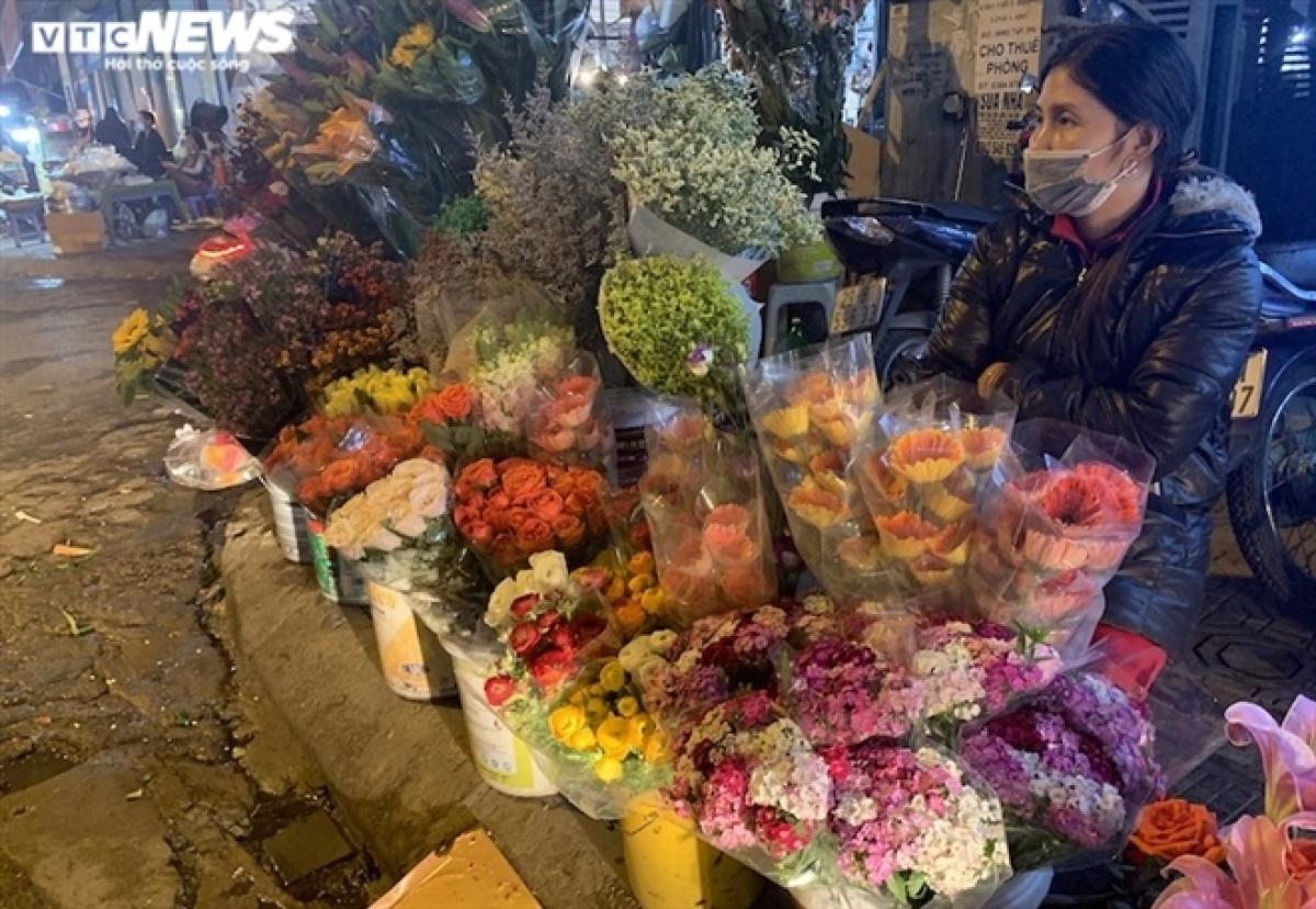 Hoa tươi ngập tràn trên các tuyến phố Hà Nội.