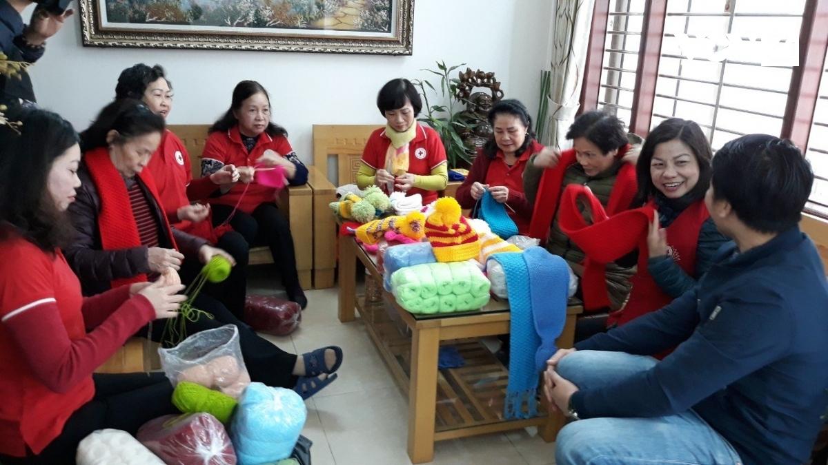 Các bà các chị Tổ đan len tự bỏ tiền túi ra mua len, đan tặng trẻ em vùng cao