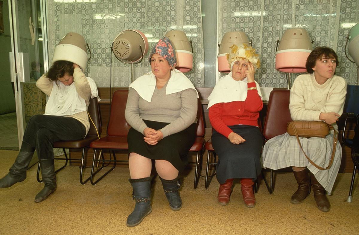 Một tiệm làm tóc ở thủ đô Moscow của Liên Xô.