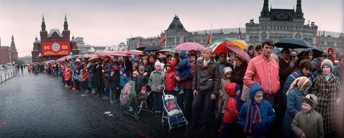 Người Liên Xô xếp hàng trên Quảng trường Đỏ.