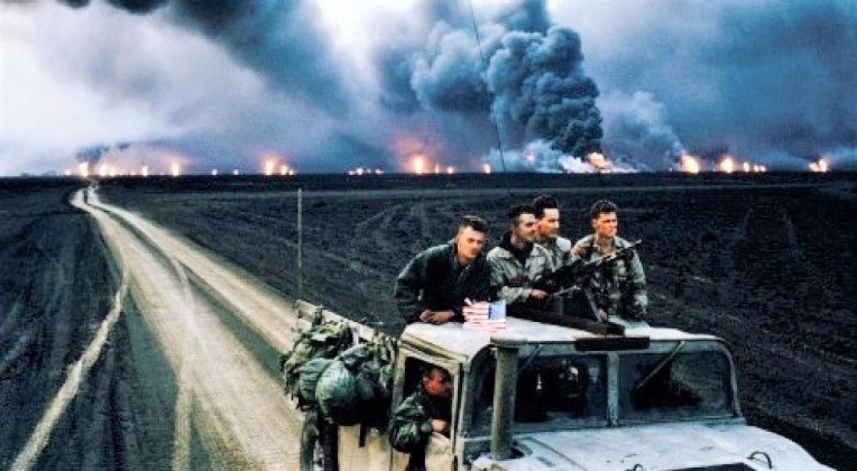 Lính Mỹ đang rút khỏi các mỏ dầu đang cháy; Nguồn: militarywatchmagazine.com