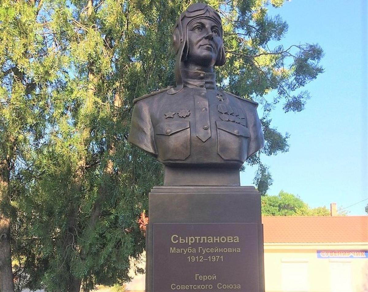 Tượng vinh danh Anh hùng Liên Xô - Thượng úy Maguba Syrtlanova - tại thành phố Belogorsk; Nguồn: wikipedia.org