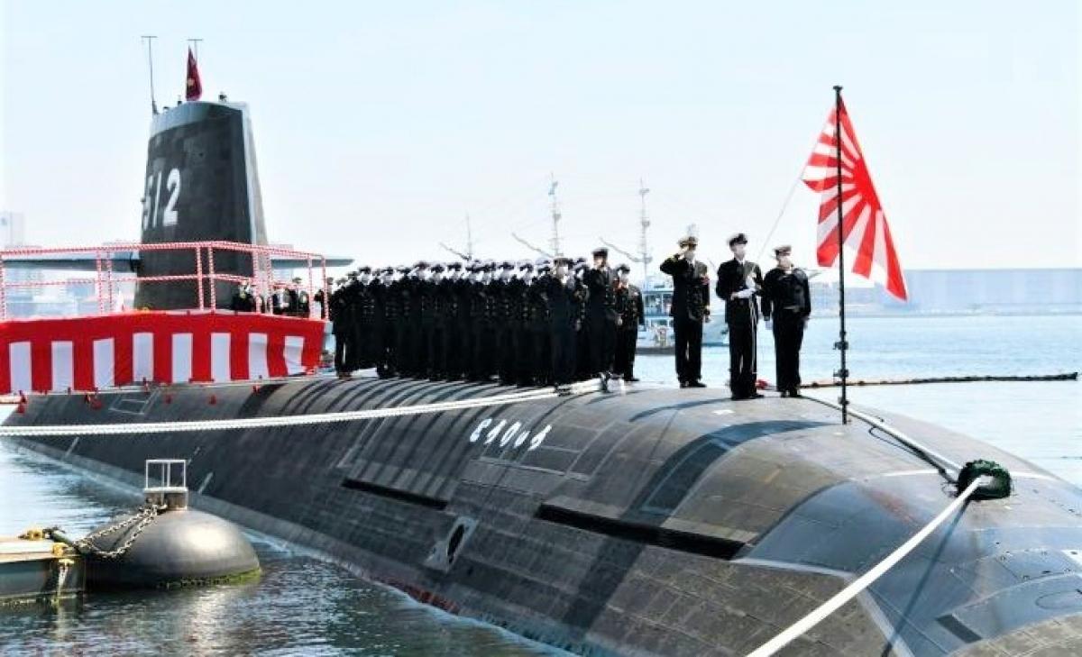 Chiếc Toryu SS-512 - chiếc thứ hai được trang bị ắc-quy lithium-ion và chiếc cuối cùng của lớp Sōryū trong lễ chuyển giao cho Hải quân Nhật Bản; Nguồn: janes.com