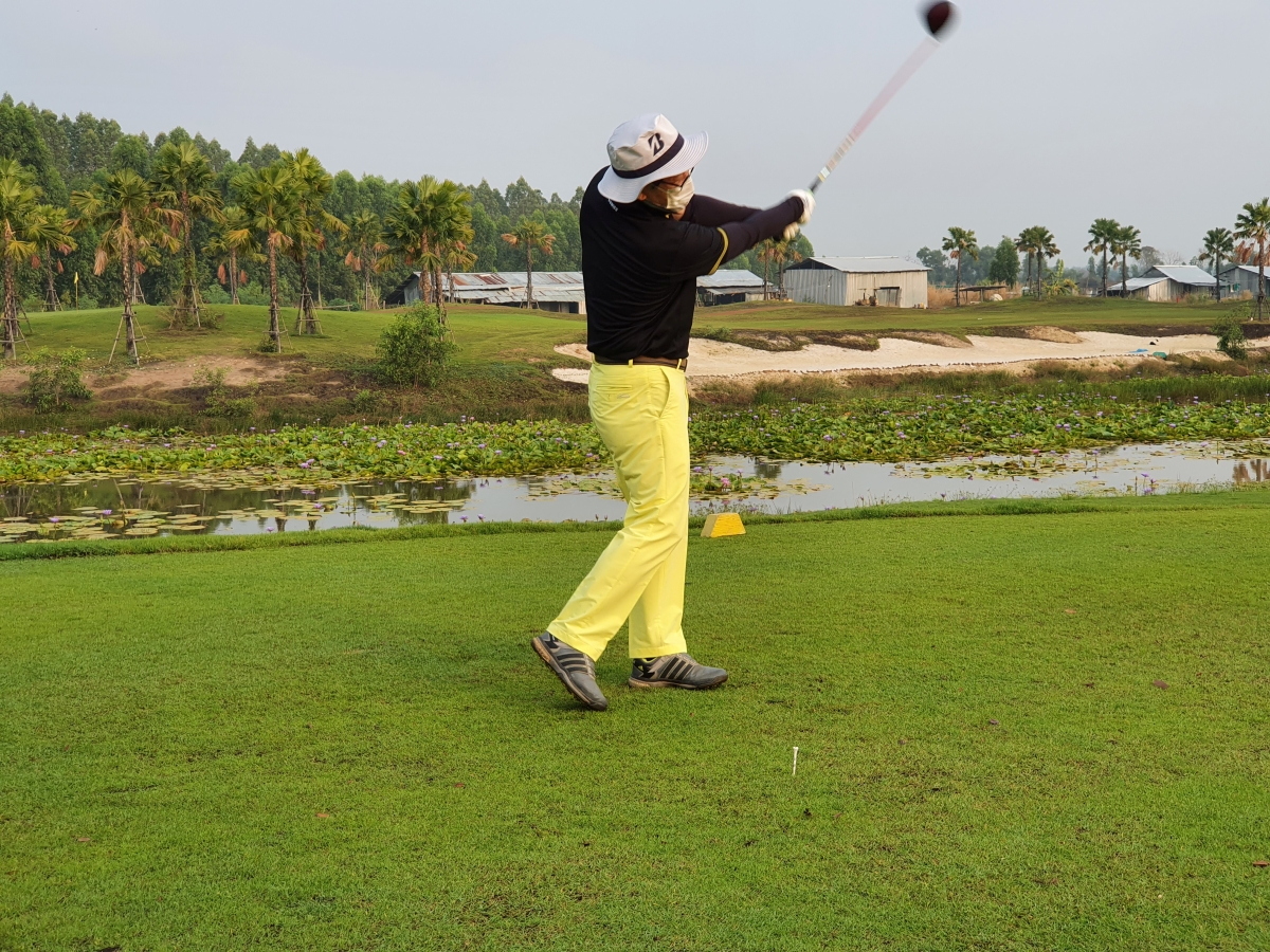 """Ông Heo Kwang-eum, du khách từ Hàn Quốc theo chương trình """"cách ly & chơi golf"""" của Thái Lan. Nguồn Reuters."""