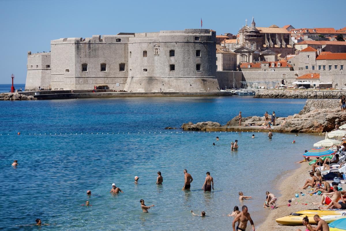 Du khách tại bãi biển Banje (Dubrovnik, Croatia). Nguồn: Reuters