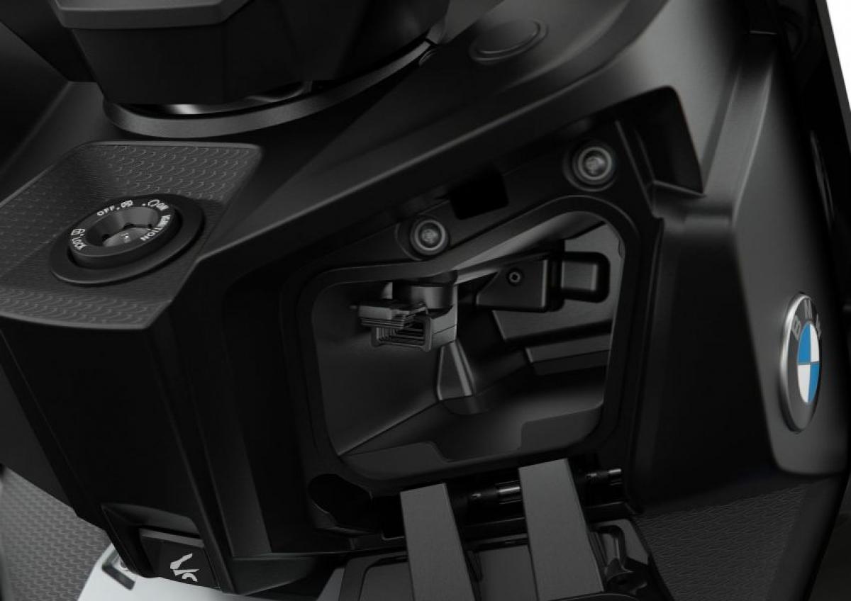 Những cải tiến khác bao gồm: Hệ thống chiếu sáng trong cốp với dung tích 31L trong khi đó hộp chứa đồ phía trước giờ đây bổ sung thêm ổ sạc USB cùng ổ cắm điện 12V. Có 3 biến thể màu sắc cho C400X và C400GT, màu cơ bản dành cho C400X là Blackstorm Metallic and Granite Grey kim loại trong khi đó Style Sport in Blackstorm Metallic and RacingBlue kim loại mờ sẽ là tùy chọn trả thêm phí.