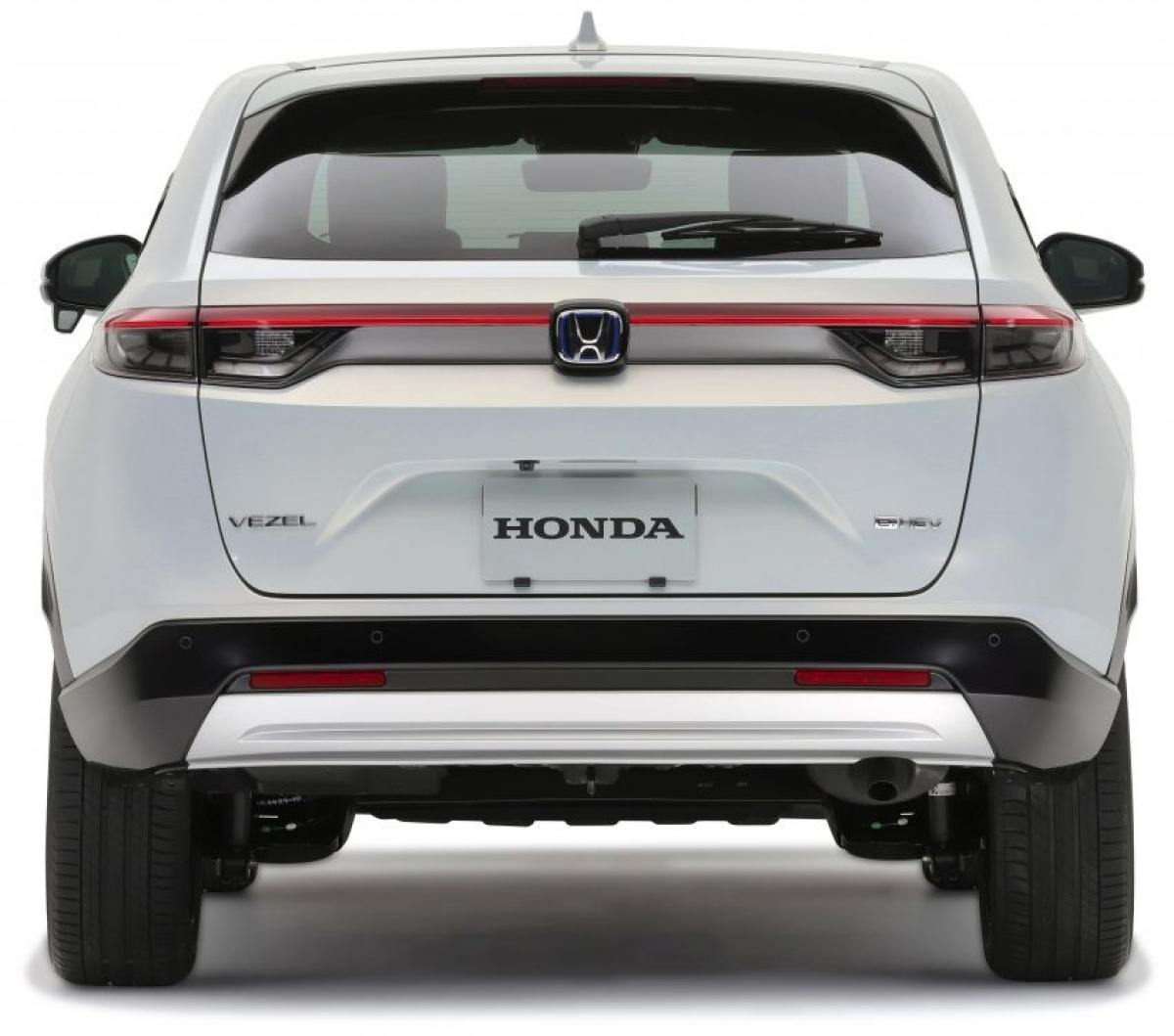 Những nhà thiết kế cũng đã giảm thiểu và bố trí lại các đường cửa chớp với phần còn lại của xe trong khi đó tay nắm cửa thời trang hơn, được làm từ một miếng nhựa duy nhất. Tay nắm cửa ẩn phía sau vẫn được giữ lại, tất nhiên bên hông xe cũng trở nên gọn gàng. Ở phía sau, đèn hậu kéo dài mới được tích hợp với logo Honda, ngoài ra bệ chịu tải thấp giúp việc xếp hàng hóa vào cốp dễ dàng hơn.
