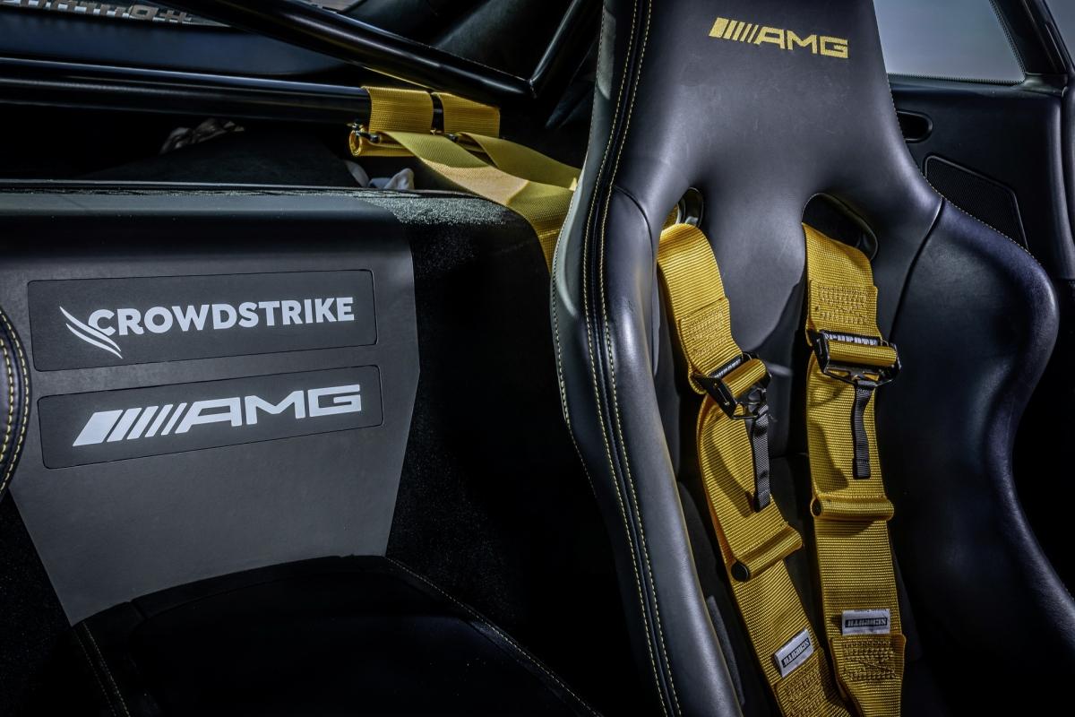 Giống với chiếc AMG GT R, xe vẫn sở hữu hệ thống phanh gốm – sợi carbon hiệu năng cao. Nội thất cũng được nâng cấp với ghế đua cố định và đai an toàn bốn điểm cho cả người lái và bác sĩ.