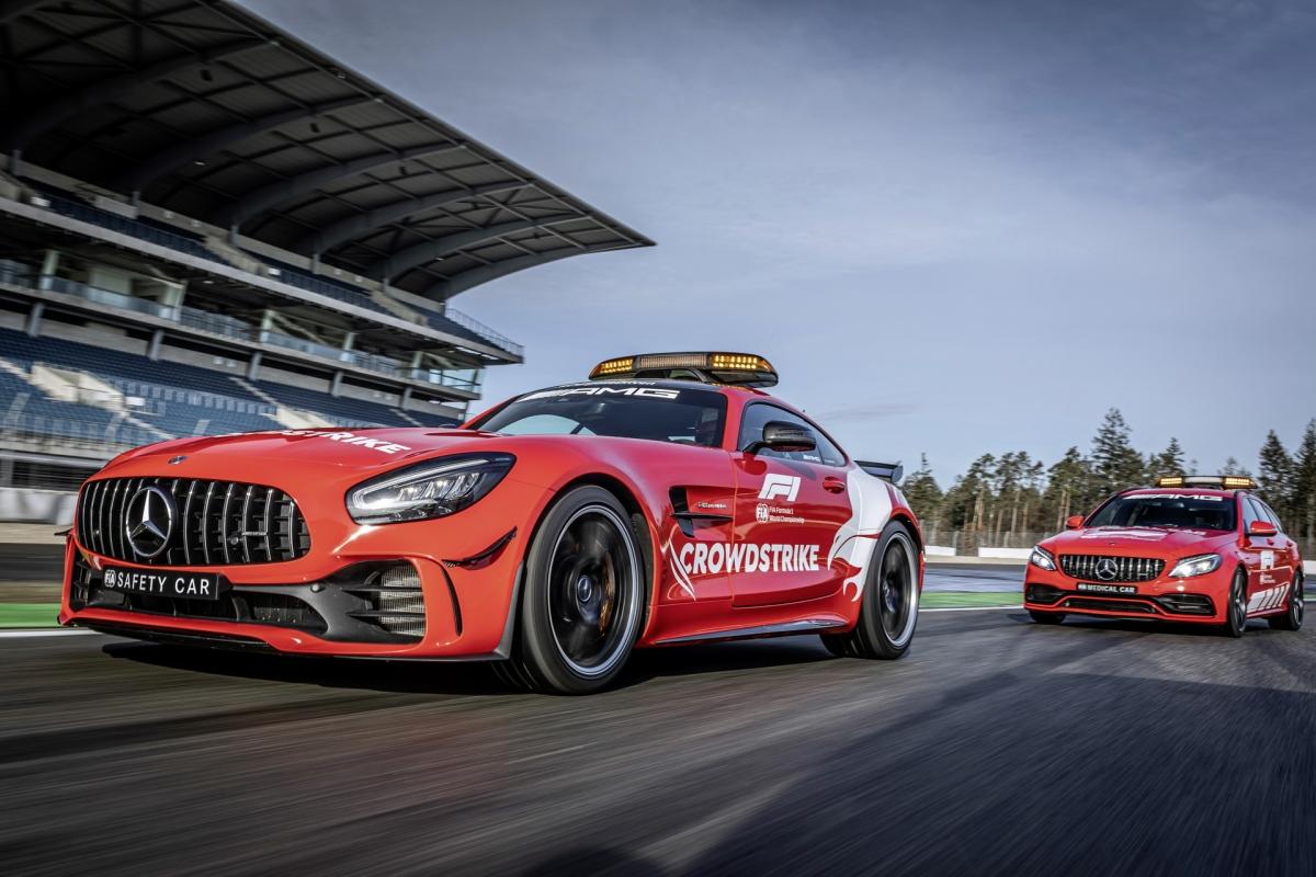 Màn hình đầu tiên được dùng để phát trực tiếp cuộc đua. Màn hình thứ hai được sử dụng để hiển thị vị trí của từng chiếc xe hiện đang có mặt trên đường đua để các tay lái tiện quản lý đoàn đua trong lúc đội ngũ nhân viên đường đua đang dọn dẹp.