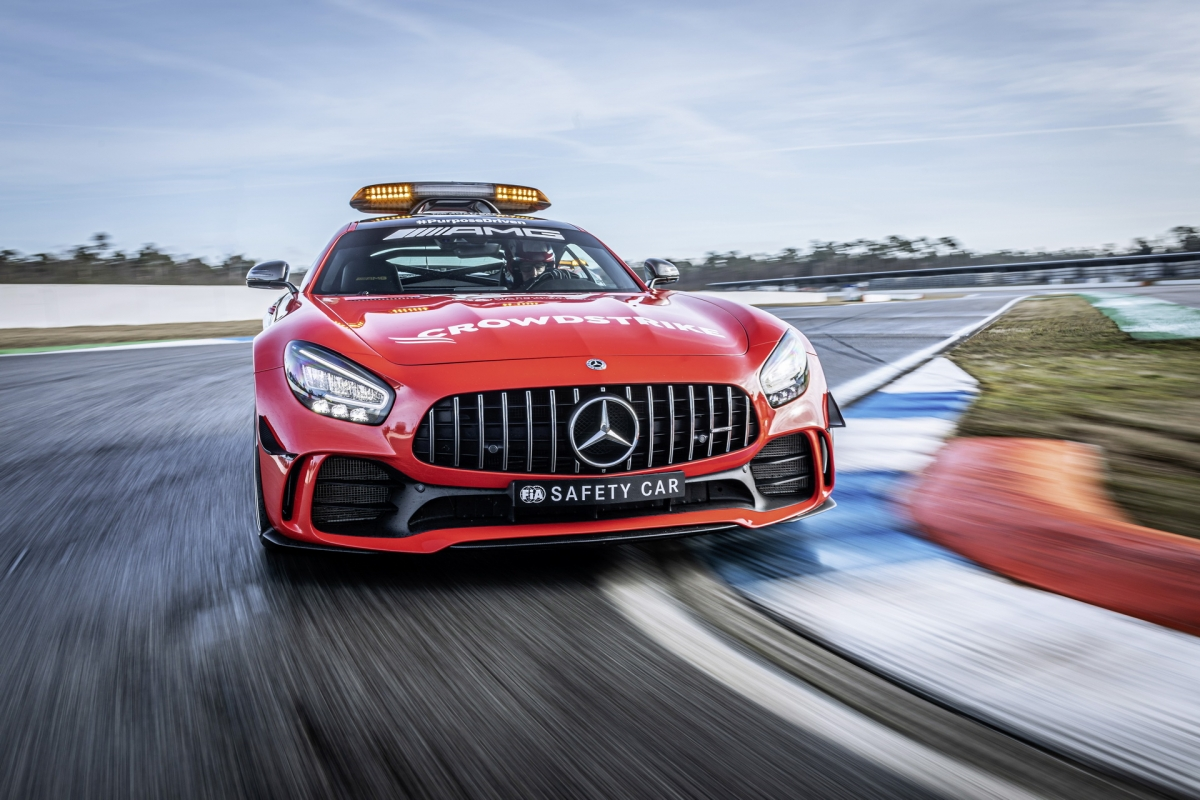 Đóng vai trò là xe an toàn, chiếc AMG GT R sở hữu cho mình gói nâng cấp AMG Track Package với hệ thống khung chống lật và hệ thống phanh gốm – sợi carbon hiệu năng cao, phù hợp với việc vận hành tốc độ cao phía trước những chiếc xe đua. Giống với những chiếc Mercedes-AMG GT R khác, xe an toàn của giải đua Công thức 1 vẫn được trang bị động cơ V8 tăng áp kép, dung tích 4.0 lít đặt trước, có khả năng sản sinh sức mạnh 585 mã lực.