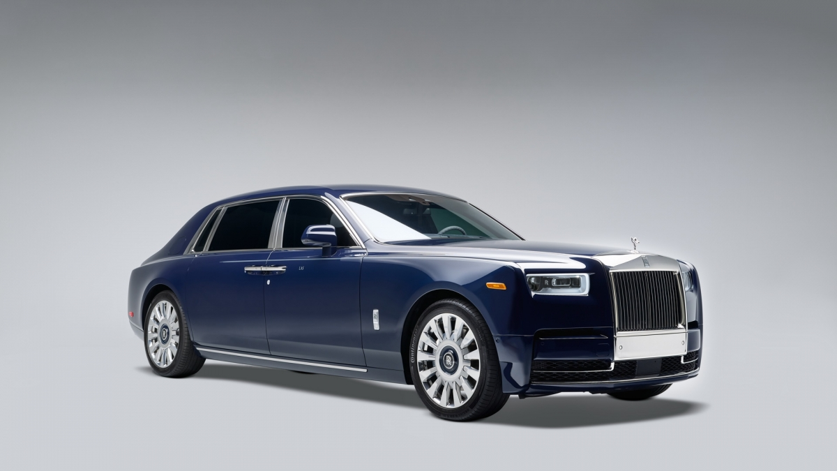 """Được gọi là Rolls-Royce Phantom """"Koa"""", chiếc sedan siêu sang này là sản phẩm cá nhân hóa đặc biệt của hãng theo yêu cầu của hai vợ chồng người Mỹ, ông Jack Boyd Smith Jr. và bà Laura Smith. Koa Phantom là chiếc Rolls-Royce Phantom đầu tiên kết hợp Koa Wood, một loài cây quý hiếm chỉ mọc trên đất Hawaii."""