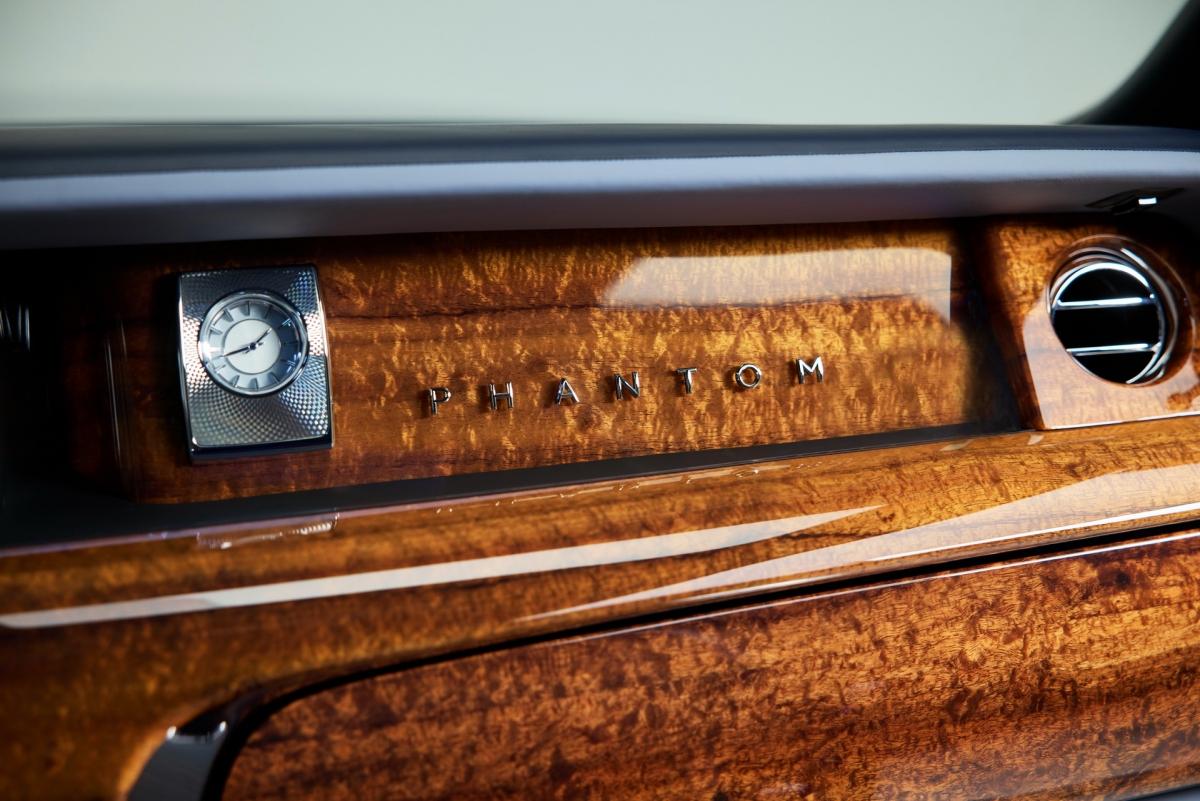 """Kết hợp cùng các chi tiết gỗ Koa bên trong khoang lái là da bọc cao cấp màu xám (Dove Grey) với các đường chỉ khâu và chi tiết màu xanh nước biển (Navy Blue) để tạo sự tương phản. Chưa dừng lại ở đó, """"bầu trời sao"""" của chiếc Phantom Koa cũng được cá nhân hóa với bầu trời đêm của vùng Cleveland, Ohio vào đúng này sinh của ông Smith. Tác phẩm nghệ thuật này được tạp nên từ 1.420 sợi bóng phát sáng riêng lẻ."""