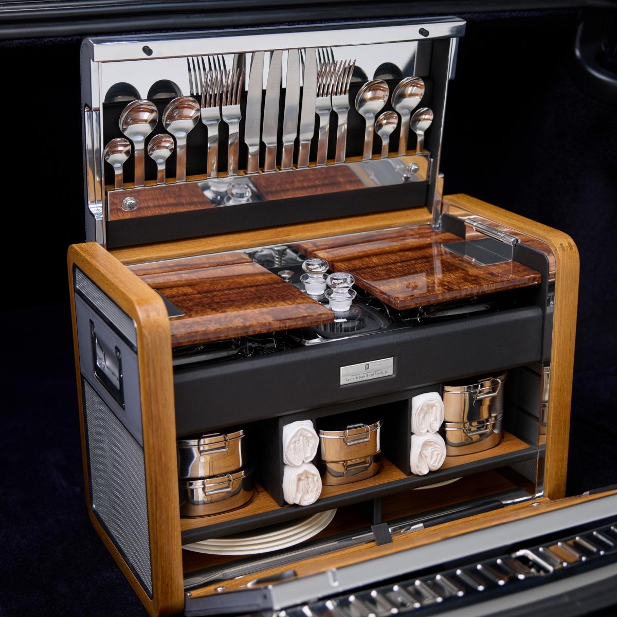 Rolls-Royce Phantom thế hệ thứ VIII được trang bị khối động cơ V12 6.75 lít với khả năng sản sinh công suất tối đa lên tới 563 mã lực, mô-men xoắn cực đại 900 Nm. Xe được trang bị hộp số tự động 8 cấp cùng hệ thống treo khí nén tự cân bằng, nhờ đó đem lại tính ổn định cũng như sự êm ái khi chiếc xe lướt đi. Xe có khả năng tăng tốc từ 0 – 100 km/h trong vòng 5,3 giây và có khả năng đạt tốc độ tối đa lên tới 250 km/h.