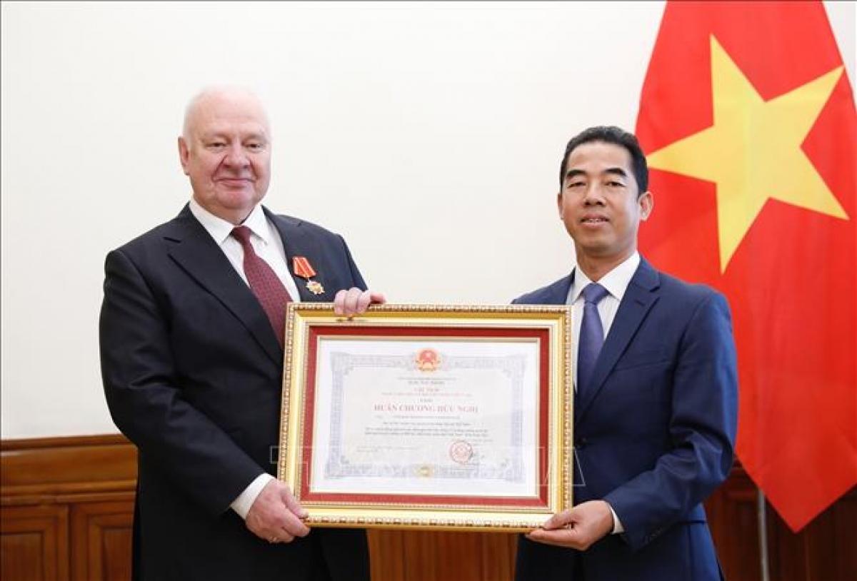 Thứ trưởng Bộ Ngoại giao Tô Anh Dũng trao Huân chương Hữu nghị của Chủ tịch nước cho Đại sứ Liên bang Nga tại Việt Nam Konstantin Vnukov. Ảnh: Dương Giang/TTXVN