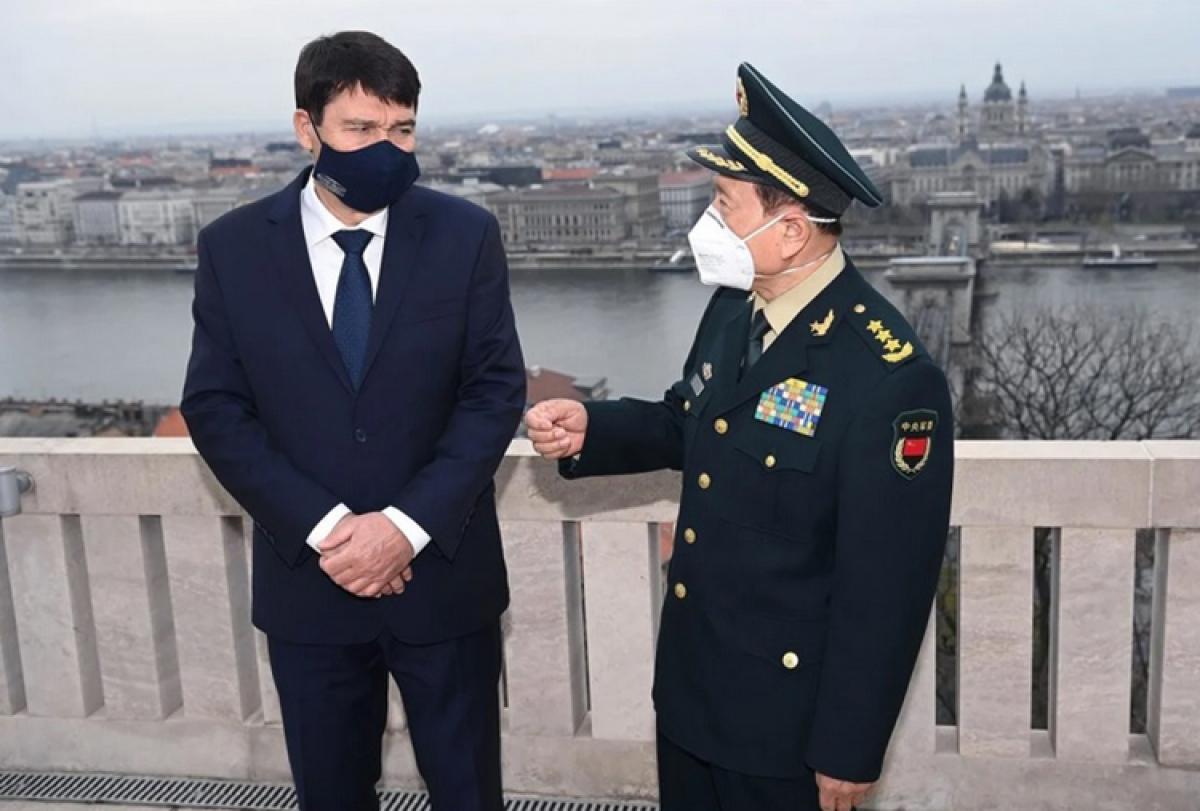 Tổng thống Hungary Janos Ader (trái) và Bộ trưởng Quốc phòng Trung QuốcNgụy Phượng Hòa. Ảnh: EPA.