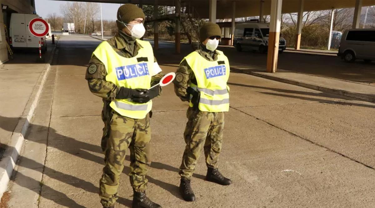 Cảnh sát Séc tại một điểm kiểm tra.