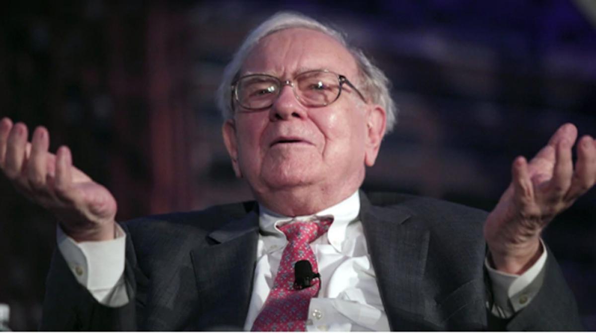 """Được mệnh danh là """"nhà hiền triết xứ Omaha"""", ông Warren Buffett nổi tiếng thế giới về tài kinh doanh và đầu tư tài chính. Năm nay ông 89 tuổi và hiện đứng thứ 4 trong bảng xếp hạng các tỷ phú giàu nhất thế giới của Forbes, với khối tài sản ước tính 96,3 tỷ USD (tài sản thực tế tính đến ngày 22/3/2021)."""