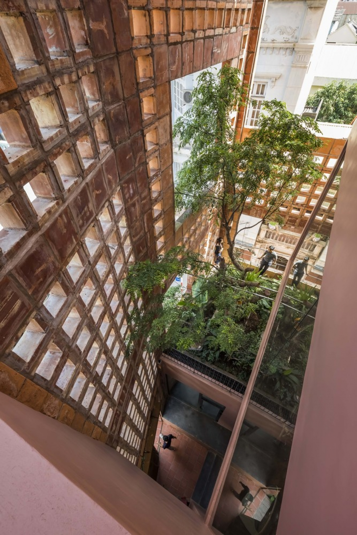 Với tổng diện tích 740 m2, ngôi nhà gạch gốm có hệ thống thông gió 3 lớp: lớp tường gạch gốm, lớp cây xanh và lớp cửa kính.